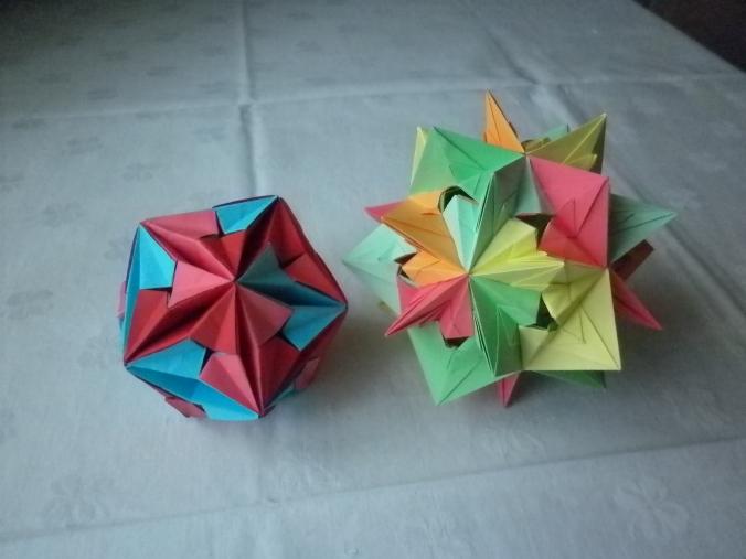 origami care au acelas model de piese dar unul din ei e asamblat invers